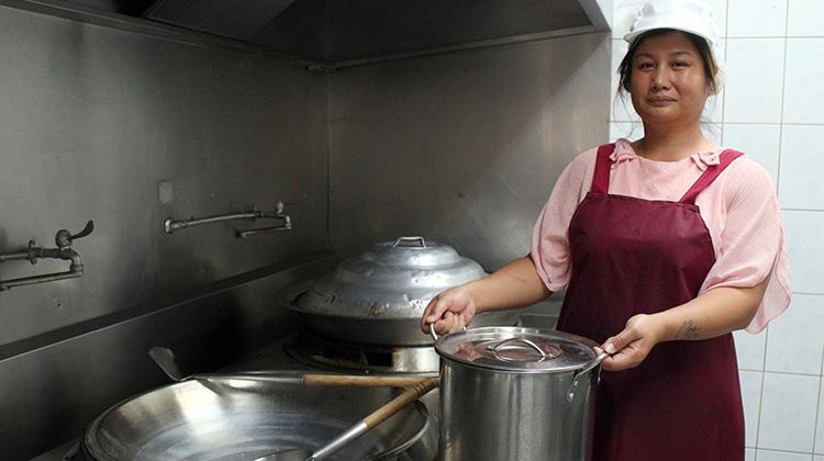 單親媽中年失業不氣餒 從老闆變主廚