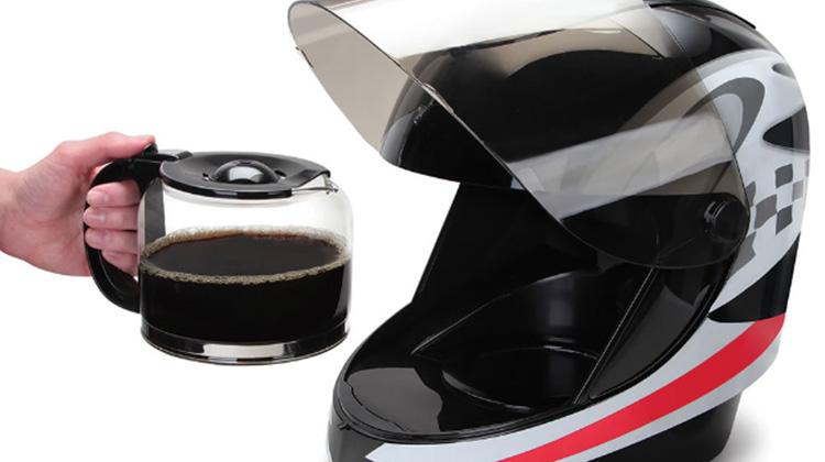 每天早上我都喝安全帽裡現煮的咖啡…