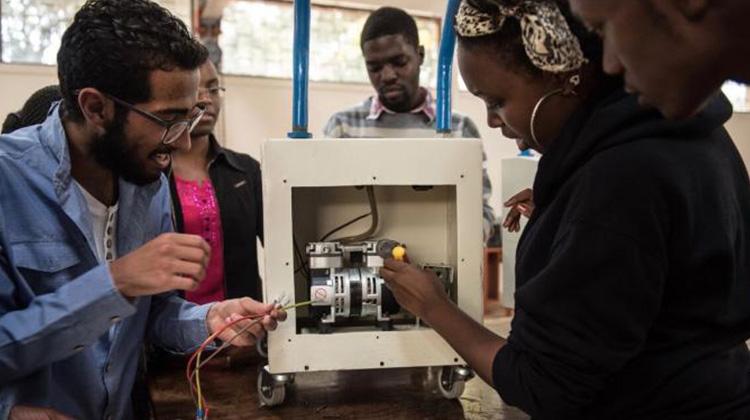 肯亞大學生化身Maker,和護士聯手「自造」醫療設備 拯救無數孕婦與嬰兒的生命