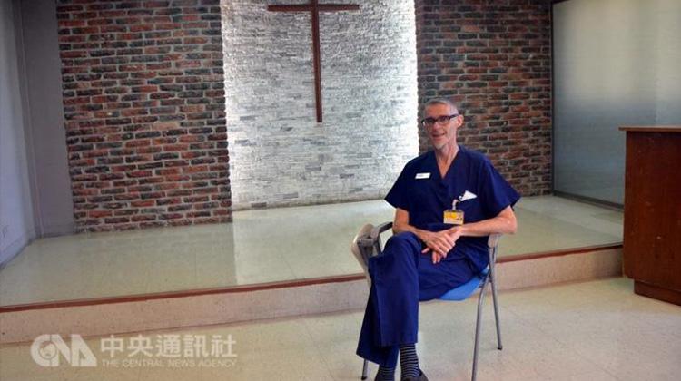 這才叫正港愛台灣!柯彼得醫師行醫 32 年終於拿到身分證:台灣就是我的家