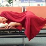 班機誤點,只能躺在機場的長椅?這家英國公司在機場蓋「膠囊旅館」,發展出「睡多少算多少」的計費模式