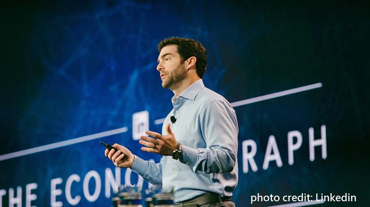 當機器人決定你是否被錄取,你專精的工作也可能被機器人取代…LinkedIn執行長告訴我們三個永遠能跑在職場前端的重要趨勢