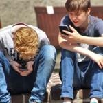 一不小心把大腦都「滑」笨了…… 研究顯示:小孩過早使用智慧型手機會造成語言發展遲緩