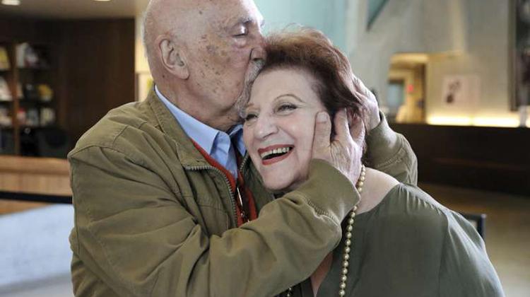 飛越大半個地球也要來看妳!86歲納粹大屠殺倖存者與童年好友淚眼重逢