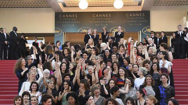 「我們該早點生氣、早點團結!」82名女性演員、導演齊走坎城紅毯 要求男女同工同酬