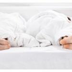 迷信睡覺要男左女右才好,婆婆半夜查房媳婦好累