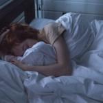 【滑手機滑到失眠?】用手機裡的「夜間護眼」功能幫你濾掉藍光,放下手機就好眠
