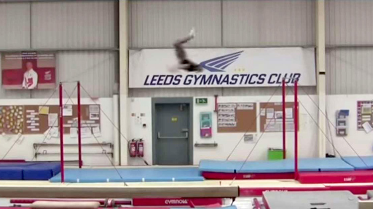 打破世界紀錄的單槓飛行