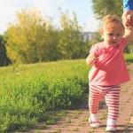 沒兩步路就要抱抱,是孩子太懶還是大人太寵?小心造成發展遲緩