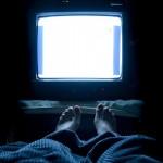 晚上睡覺時開著電視,可能會讓你體重增加