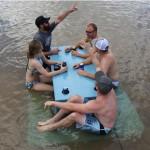 人在水中央也要野餐的漂浮餐桌