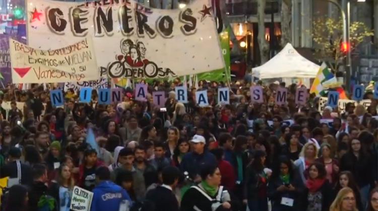 搭計程車慘遭殺害、丈夫失業,妻子就挨打…阿根廷女性悲慘的處境引爆「一個都不能少」運動