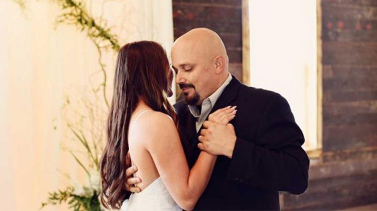 上帝使心碎變美麗 少女穿婚紗與癌末父親預演婚禮