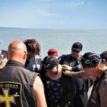 從小受家暴、霸凌 恨父的撒但崇拜者 福音戒毒接觸聖經 今成牧師騎重機傳福音