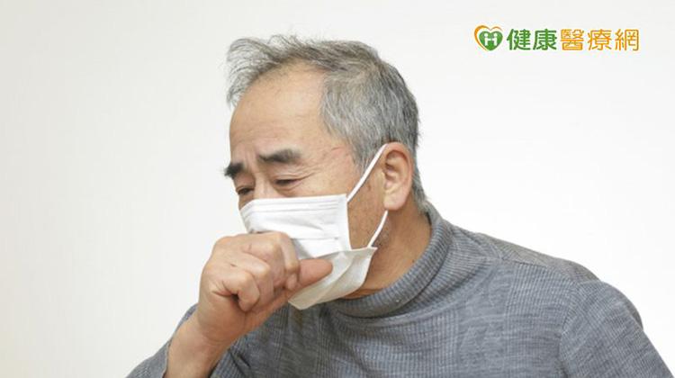 感冒、空汙咳不停? 7旬伯肺部驚傳「連續爆裂音」