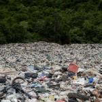 每年海洋數十萬噸塑膠微粒被海風吹上岸