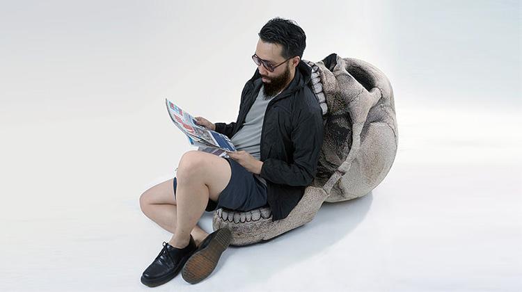 讓你一屁股坐進死人骨頭裡的骷髏頭沙發
