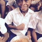 夫婦倆30年來只做「一件事」 海地近千童有了熱騰騰食物