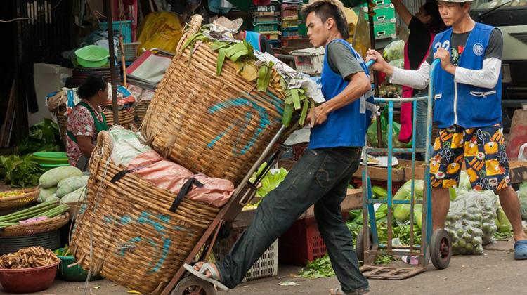 未來台灣可能請不到菲勞,但超過6成年輕人得出國當「台勞」