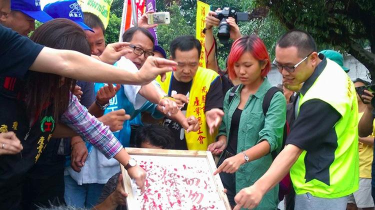 不滿「抗議砍七天假」未受重視,勞團刺破手指書寫「血書」進諫總統府