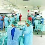 秀傳跑得快 通吃微創手術軟硬商機 台灣早鳥》從一台機器人架起醫療產業網