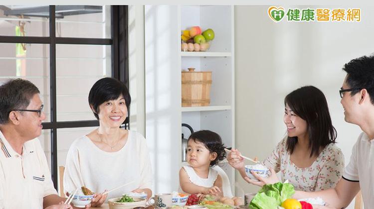 家庭聚餐做這兩件事 有助擺脫肥胖...