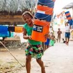 昔日衝浪選手投身改善水質 召集背包客運送濾水器幫助百萬人