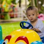 在創新療法項目中为孩子們將輪椅替換成玩具車