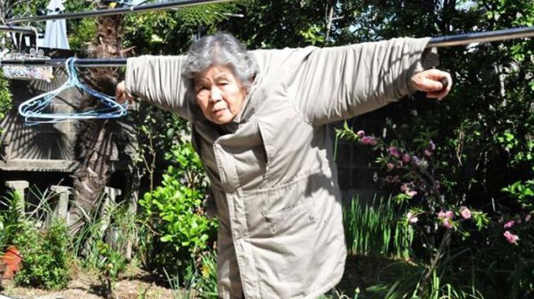 玩自拍玩到開攝影個展的 89 歲日本阿嬤,老了的你更該懂得盡情玩樂