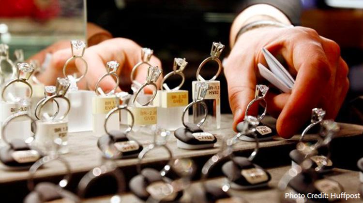 你敢在網購好幾十萬的珠寶嗎?如果買到假貨求償無門,該怎麼辦?新興的網路精品交易平台靠著「資訊透明」與「尊榮服務」改善購物環境,開創精品交易新模式