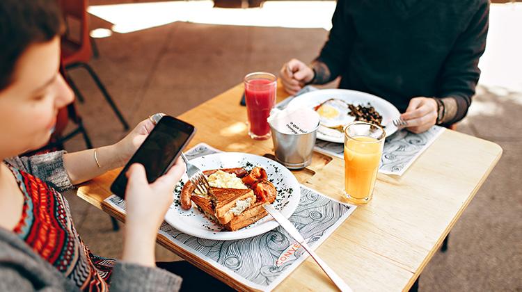 手機上癮扼殺禮貌與情緒