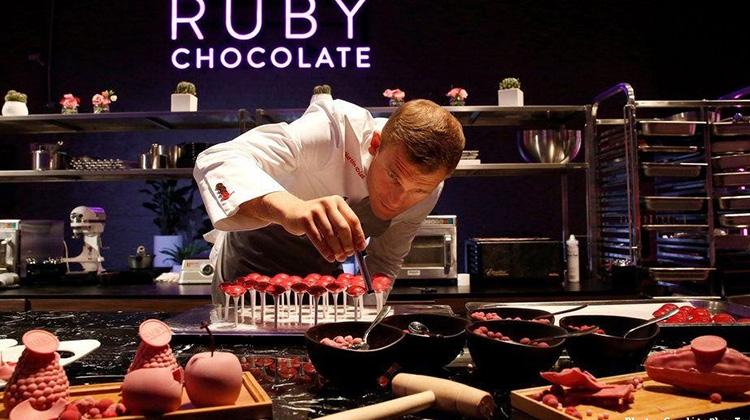 「黑白」巧克力太遜了!知名巧克力廠商推出「紅寶石」巧克力,陪我們度過更「夢幻」的情人節