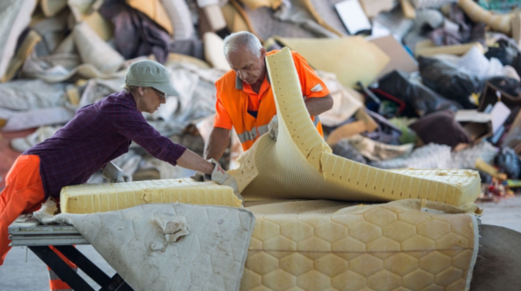 枕邊的循環經濟:澳洲床墊製造商加入回收計畫,每年讓 40 萬張床墊起死回生