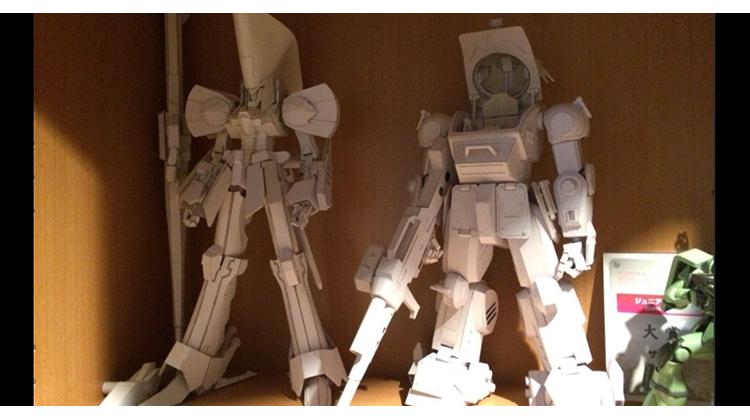 日本巧手中學生完成的當紅機器人動畫可動紙模型