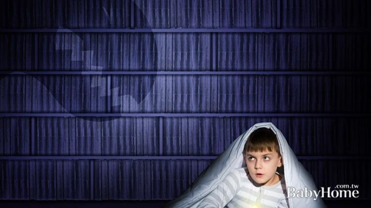 感覺敏銳、真假難辨…孩子怕黑背後有這5個原因