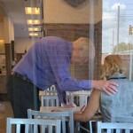 全美最受歡迎速食餐廳「福樂雞」Chick-fil-A感人畫面 員工為顧客禱告照網路瘋傳!
