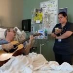 「簡直美極了!」罹癌音樂家在醫院病床與他的護理師彈唱〈平安夜〉