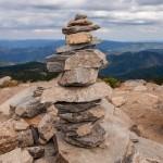 科學家們說:嗨,徒步旅行者們,別再堆石頭了!