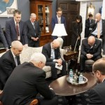感動畫面! 美副總統彭斯率領工作小組為新冠疫情禱告