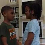 疫情令人心驚 6歲小女孩帶領自閉症哥哥 禱讀聖經經文紓解恐慌
