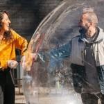 【防疫浪漫故事】紐約攝影師用「無人機」搭訕在附近屋頂跳舞的女孩,還自製泡泡衣和她約會