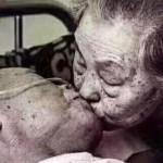 「這一次真的要走了」病危離開前向老伴撒嬌,兩人相守八十載不捨吻別