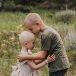 「妹妹,你不孤單!」哥哥剃光頭陪伴三歲癌症妹妹化療 手足之情感動萬人留言代禱