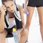 運動期間大量流汗,要補充水還是運動飲料呢?