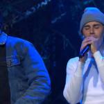 小賈斯汀上節目演唱《Holy》,彎下身深情表達對天父的愛 饒舌歌手錢斯輕拍鼓勵