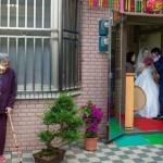 不捨孫女出嫁…90歲奶奶「躲窗外偷哭」網友淚崩:超感人!