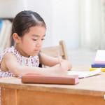 女孩在作業寫著我家幸福,但她的耳邊卻是父母的吵架聲,為何她要偽裝美好?