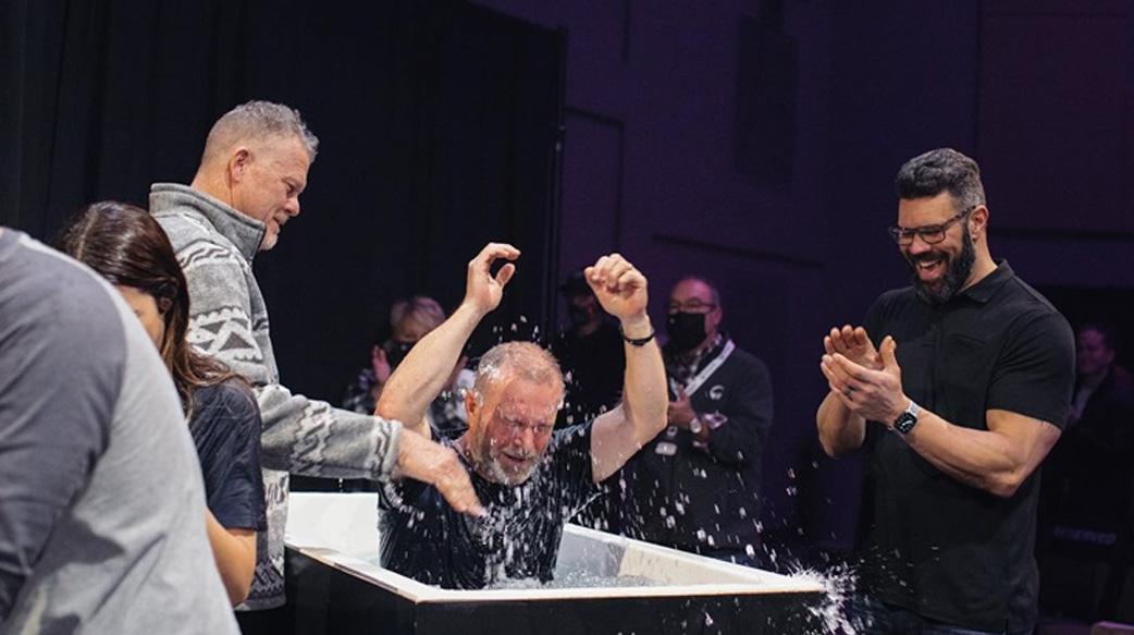 美牧師順服神,憑信心回應「自發性受洗」 半年受洗人數如「滂沱大雨」成長五倍!