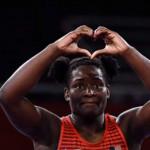 美國首位奧運角力摘金非裔女傑 披著國旗感謝上帝 要送媽媽一台夢想中的餐車