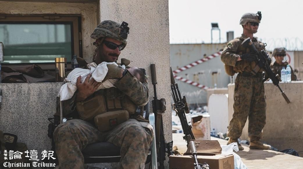 因喀布爾機場抱嬰照感動世人 微笑的猶太陸戰隊男孩曾在社區中心帶給孩子們歡笑